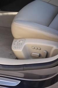 Sièges électriques chauffants et massant pour le conducteur.