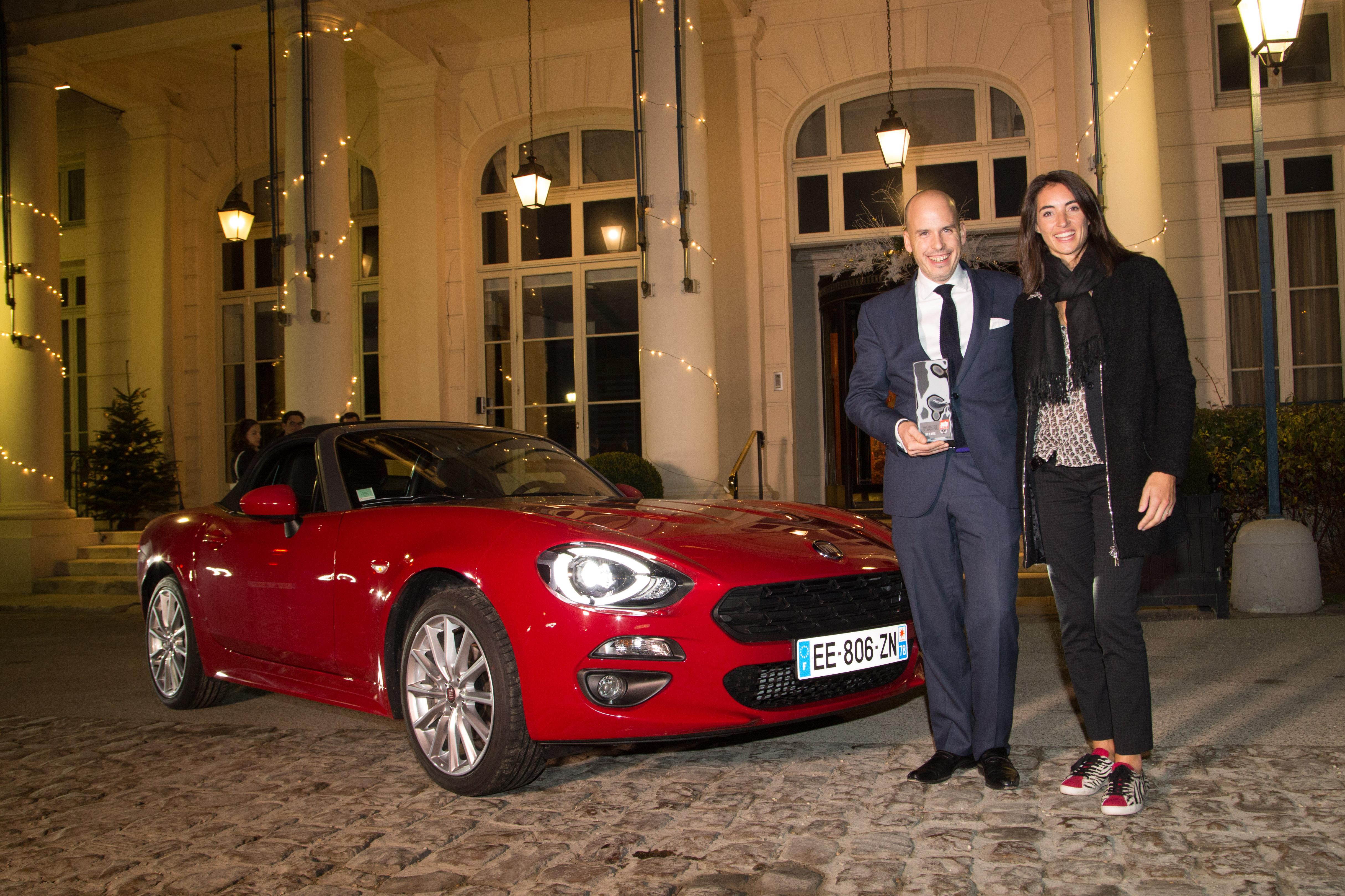 """Le magazine Auto Motorécompense le Fiat 124 Spider de : """"l'AwardArt de Vivre2017""""."""